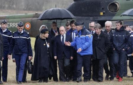 Il ministro francese dell'Interno Bernard Cazeneuve vicino al luogo del disastro dell'Airbus 320 di Germanwings